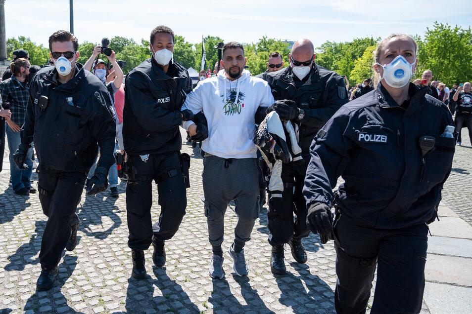 Attila Hildmann wird bei einer Demonstration vor dem Reichstagsgebäude von Polizisten abgeführt.