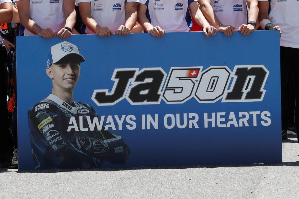 Teamkollegen von Jason Dupasquier hielten während der Schweigeminute in Mugello ein Plakat.
