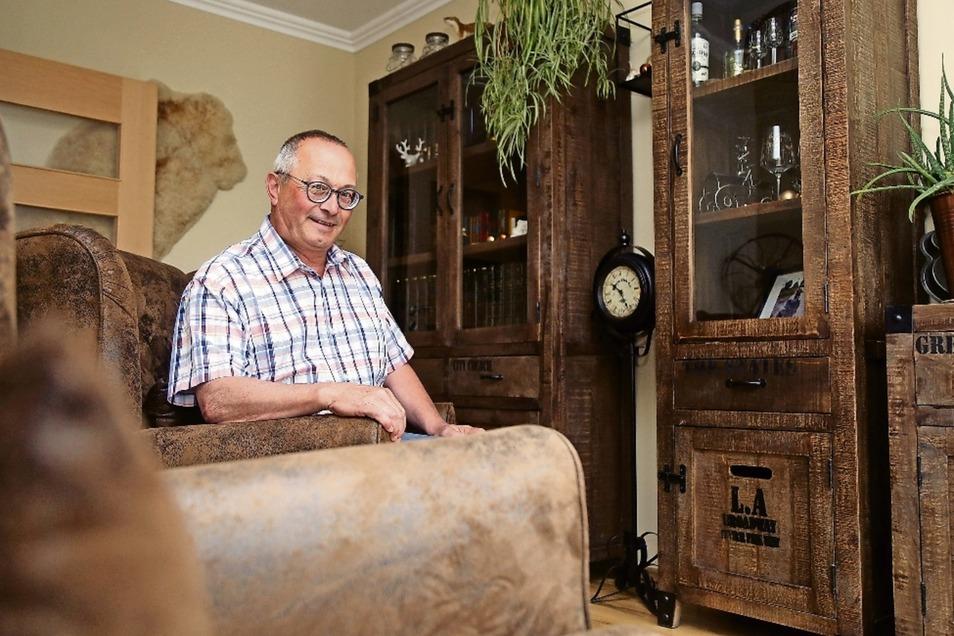 """Joachim Wittenbecher im """"Rückzugsraum"""" seines Hauses in Merzdorf. Seit fünf Jahren ist er öfter in Riesa unterwegs, vor zwei Jahren ist er in die Stadt gezogen."""