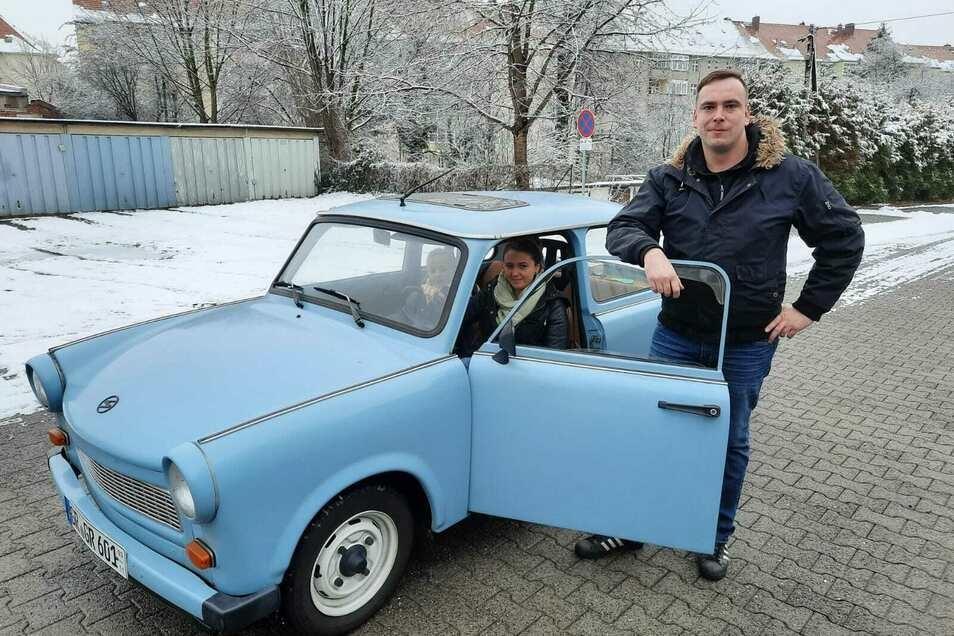 Sebastian Strauß (mit Freundin Melinda und Tochter Amelie) mit dem ersten Trabi, den er zur Vermietung angeboten hat.
