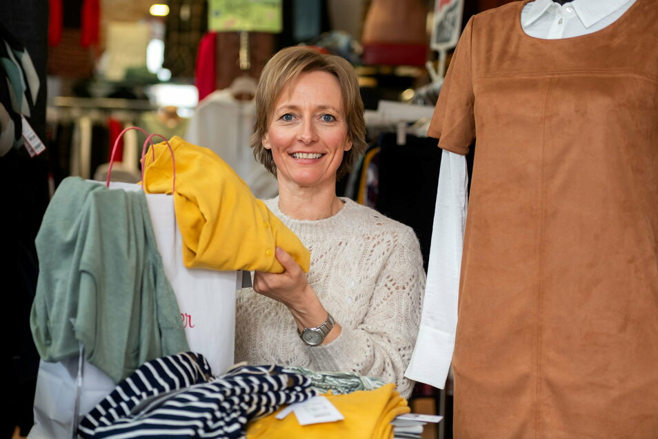 Petra Häntzschel packt in ihrem Modecafé in Sebnitz die Frühjahrskollektion aus.