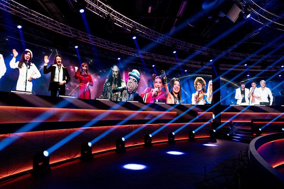 """Niederlande, Hilversum: Ehemalige ESC-Gewinner werden im Studio von """"Europe Shine a Light"""" eingeblendet."""
