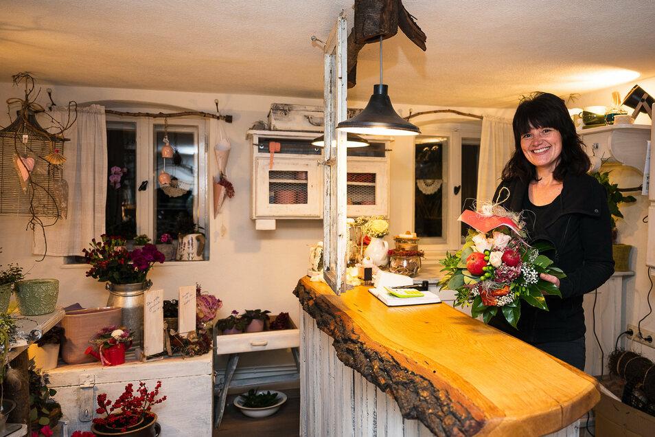 Nicole Gzrybek ist glücklich, in der Seidenberger Straße in Altweinhübel ihren eigenen kleinen Blumenladen zu haben.