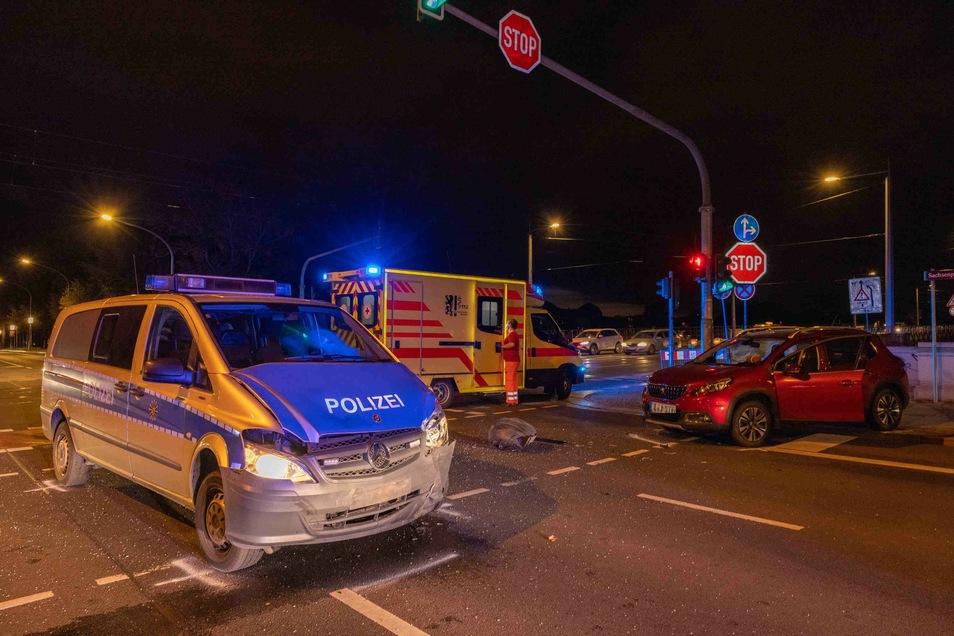 Die Polizei sucht Zeugen zu einem Unfall, bei dem auf dem Sachsenplatz dieser Polizeiwagen mit einem Peugeot zusammengestoßen ist.