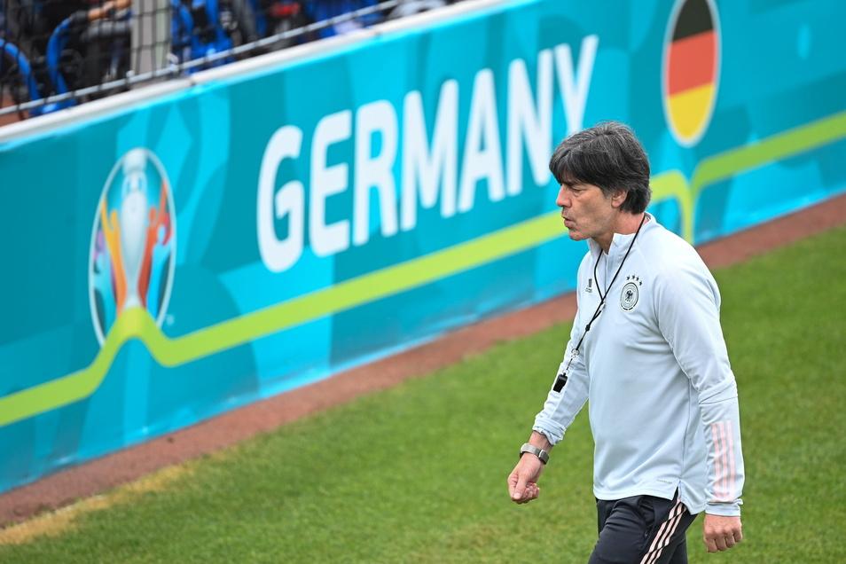 Bundestrainer Joachim Löw gibt sich beim Abschlusstraining vor dem Spiel gegen Ungarn nachdenklich. Er muss den verletzten Müller ersetzen.