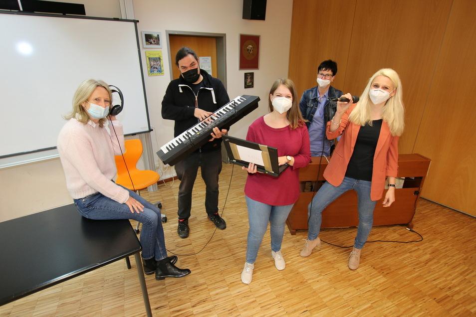 Die Lehrer Heidrun Thürer, Tobias Merker, Anna Büttner, Heike Geißler und Sandra Völs (von links) sind vier von 15 Lehrern des Harthaer Martin-Luther-Gymnasiums, die sich zusammen einen Corona-Song ausgedacht haben.