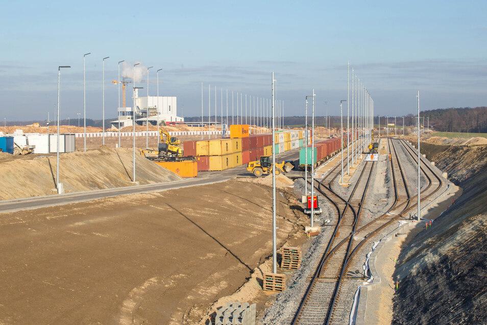 Der Containerumschlagplatz in Kodersdorf verfügt über je zwei Abstell- und Ladegleise sowie ein Lokumfahrgleis. Für den Zugang zum Schienennetz wird ein Anschlussgleis der Firma HS Timber Productions genutzt.