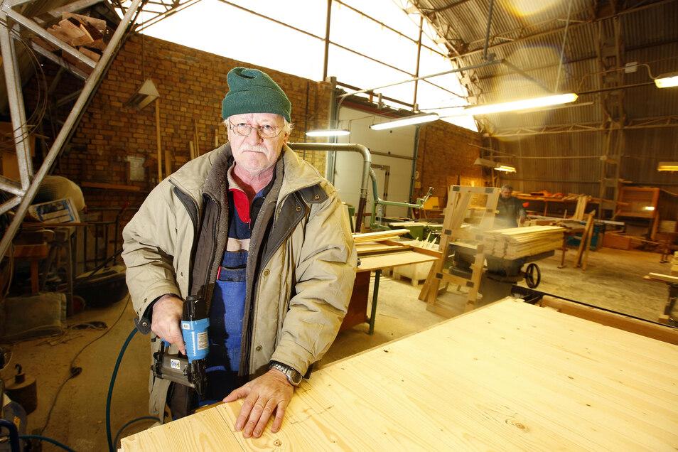 Hartmut Wiesner arbeitet in der Holzwerkstatt der Arbeitslosenselbsthilfe Kamenz. Auch er wäre von der Schließung betroffen.