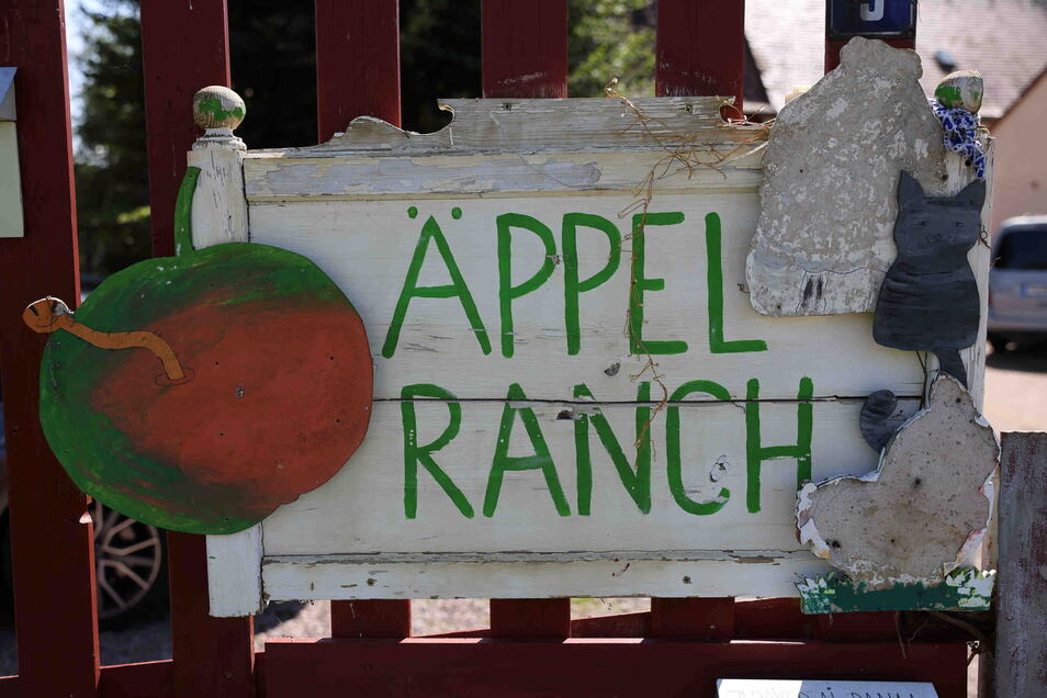 Auf dem Grundstück von Ramona Scholz gibt es eine Menge zu entdecken. Und wenn die Äpfel noch nicht reif sind, dann können sich die Besucher an netten Dekorationen wie dem aus Holz gefertigten Begrüßungsschild erfreuen. Eine Wohltat fürs Auge ist vor alle