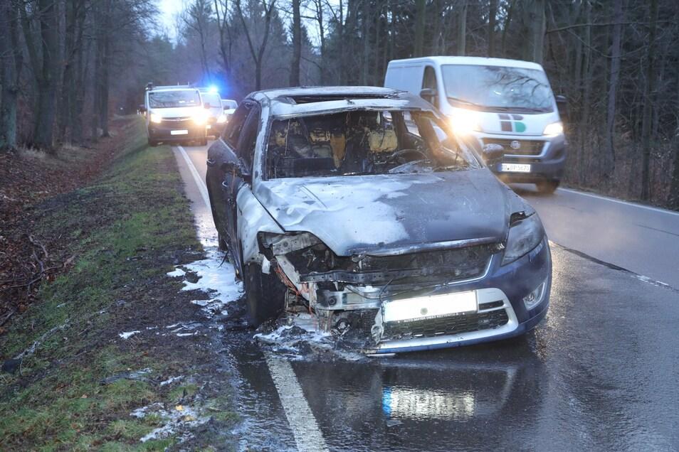 Dieser Ford ging auf der Fahrt durch die Heide in Flammen auf.