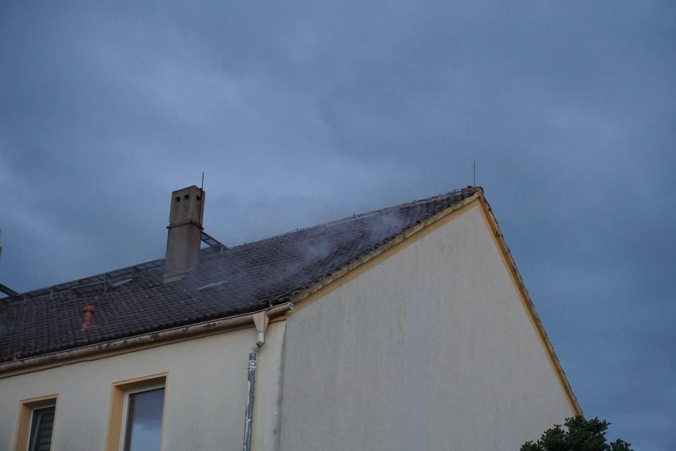 Aus dem Dachstuhl eines Wohnblockes an der Döberkitzer Straße drang Rauch.