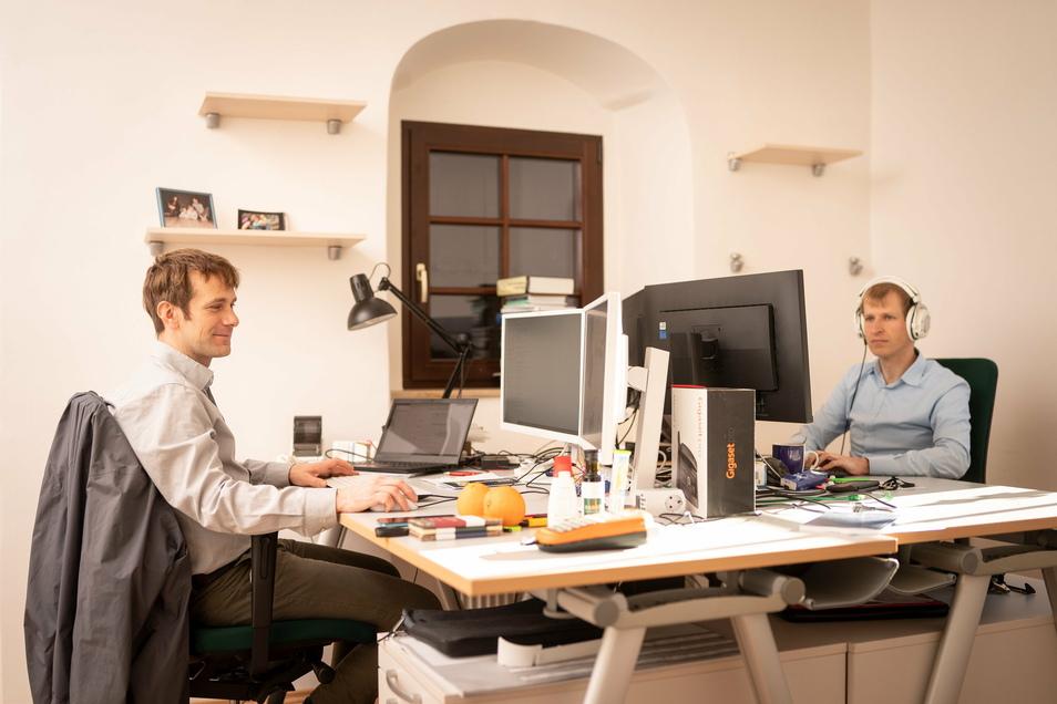Die Gründer Jens Werner und Tobias Heß (v.li.n.re.) bei der Arbeit.
