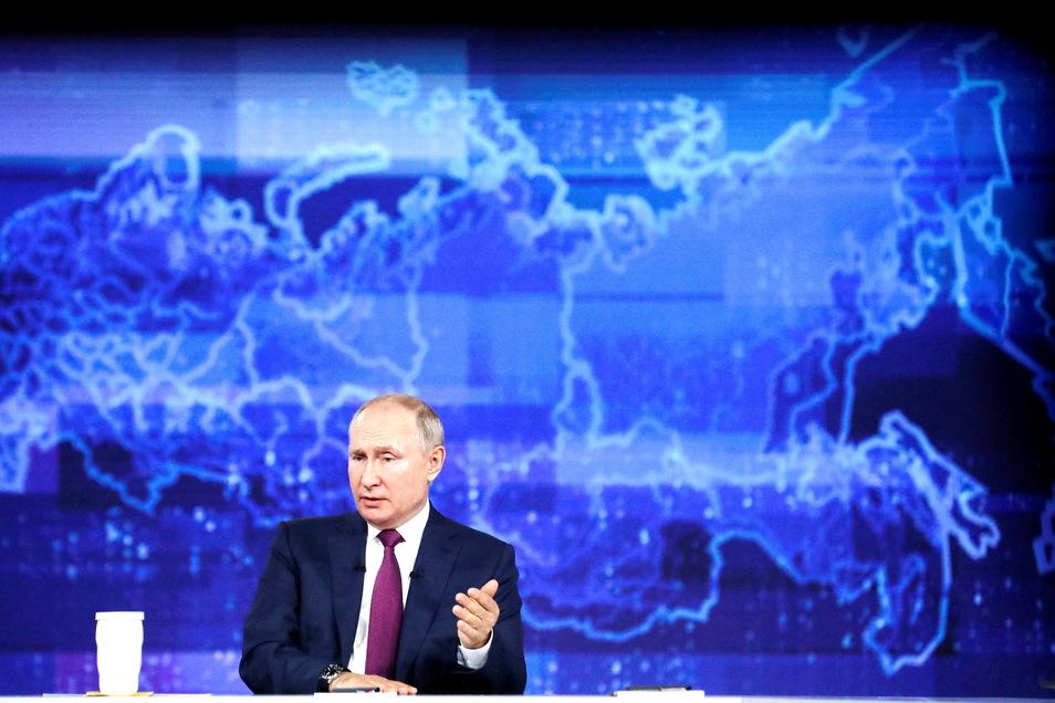 """Wladimir Putin bei der Fernsehsendung """"Der direkte Draht""""."""