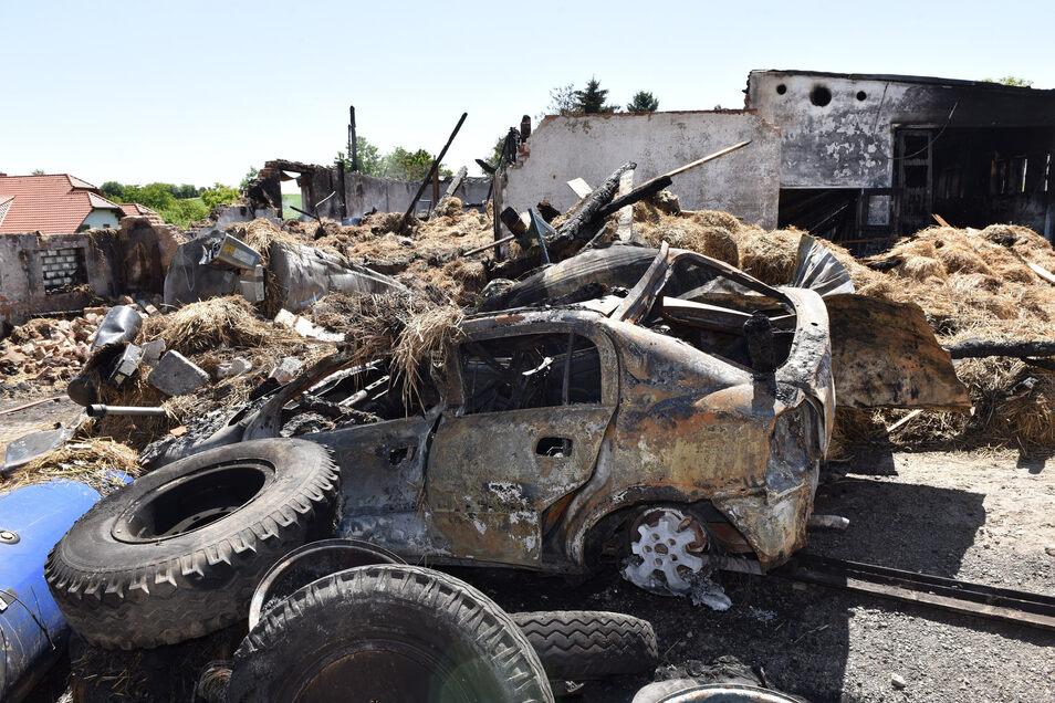 Dem Feuer fielen nicht nur der neu gekaufte Hochdruckreiniger sondern auch der Opel Astra des Großvaters zum Opfer. Zum Glück konnten alle Rinder in Sicherheit gebracht werden.