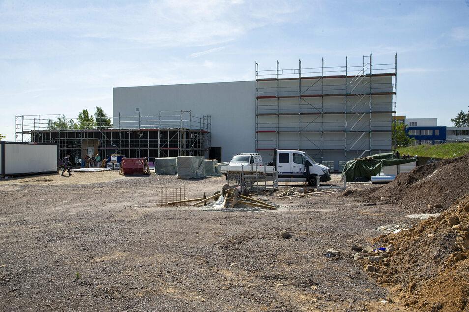Vor der Sporthalle wird jetzt noch ein Parkplatz gebaut. Auch behindertengerechte Stellplätze und Fahrradständer werden entstehen.