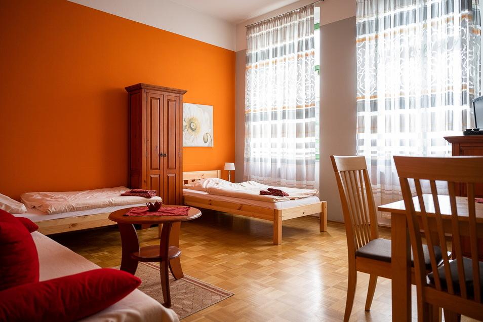 Eine der Ferienwohnungen im Burghof. Die Betten sind neu, eine Küchenzeile in jeder Wohnung auch.