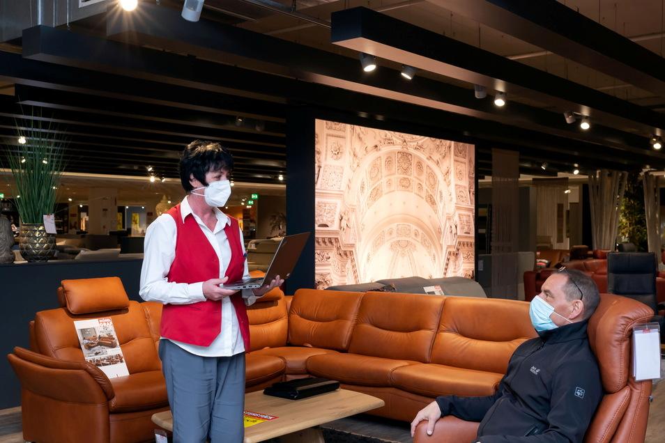 Einrichtungsfachberaterin Karin Kern von Möbel Graf spricht mit einem Kunden in dem Möbelhaus, das jetzt wieder geöffnet hat.