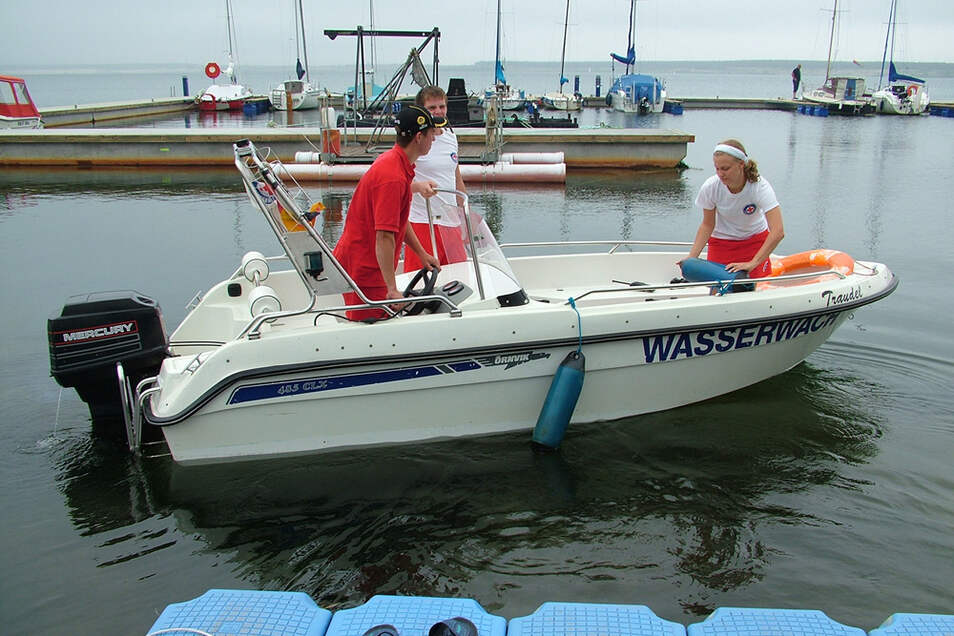 Die DRK-Wasserwacht zeigt auf dem Geierswalder See Flagge. Im Bereich SurfRenner gibt es einen Stützpunkt.