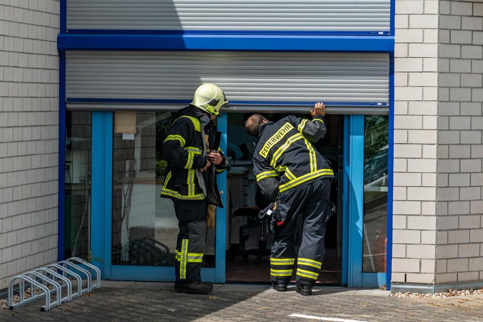 Die Kameraden der Feuerwehr haben das Dental-Studio genau untersucht.