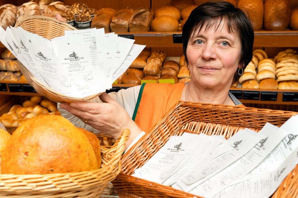 Andrea Schieback von der Bautzener Bäckerei Jeremias zeigt das Ergebnis einiger Stunden Bon-Pflicht: Die meisten Kunden lassen die Zettel im Laden zurück.