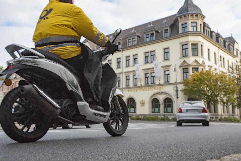 An der Kurve Dresdner Straße/August-Bebel-Straße heißt es, vorsichtig fahren. Mopedfahrer sind an der Stelle gestürzt. Jetzt hat das Straßenamt den Bereich vor dem Kaiserhof untersucht.