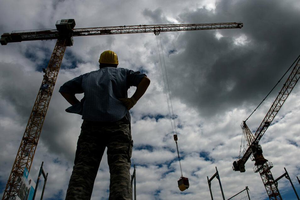 Wie lange dauert die Krise? Bauunternehmen sind in Umfragen optimistisch, doch in vielen sächsischen Industriebranchen sind die Umsätze um mehr als ein Fünftel eingebrochen.