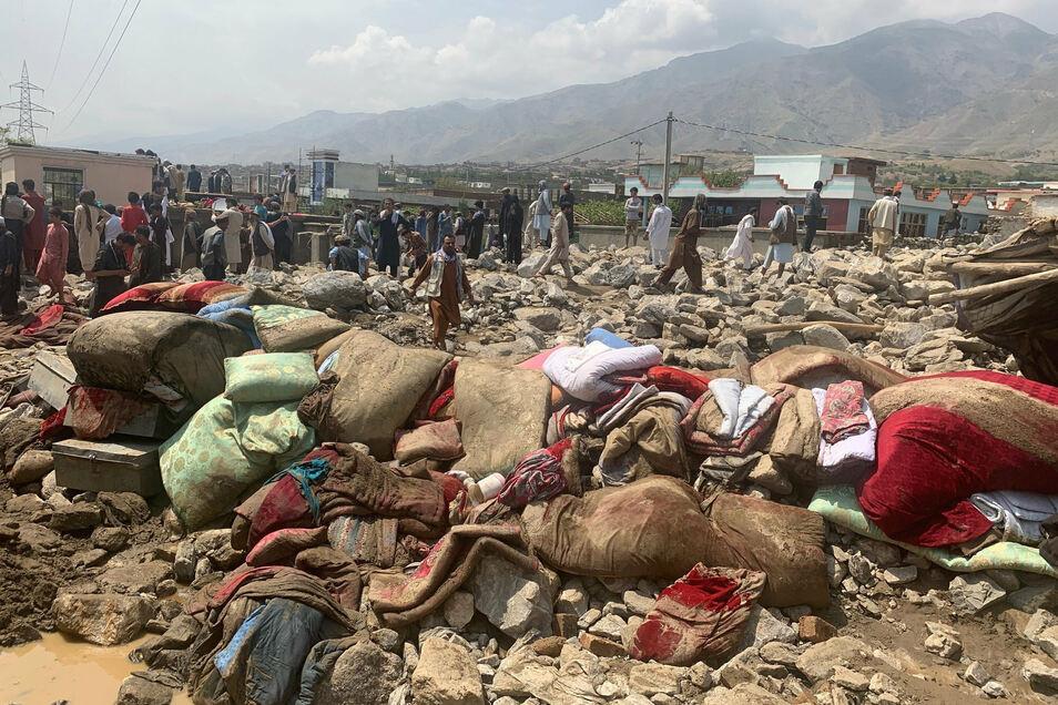 Einheimische suchen nach Opfern nach schweren Überschwemmungen in der Provinz Parwan, nördlich von Kabul.