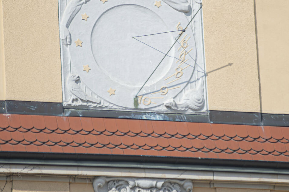 Wird man die alte Sonnenuhr am denkmalgeschützten Schulhaus sichern, ehe genau an dieser Stelle der Campus zusammenwächst? Das muss noch geklärt werden.