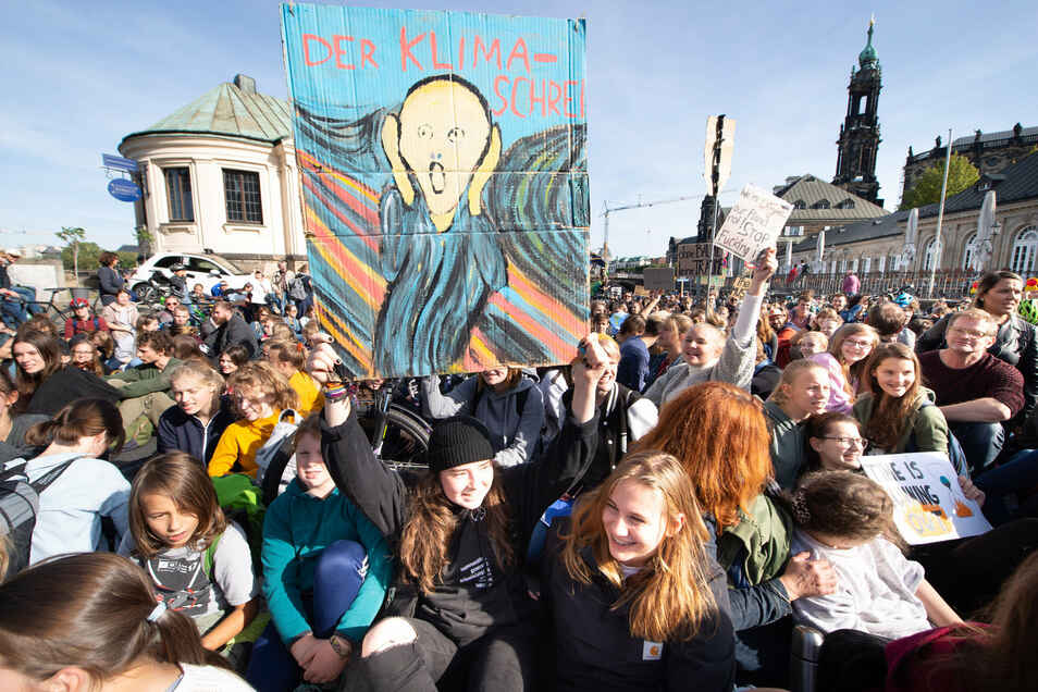 Eine Demonstration von Fridays for Future vor dem Dresdner Hauptbahnhof.