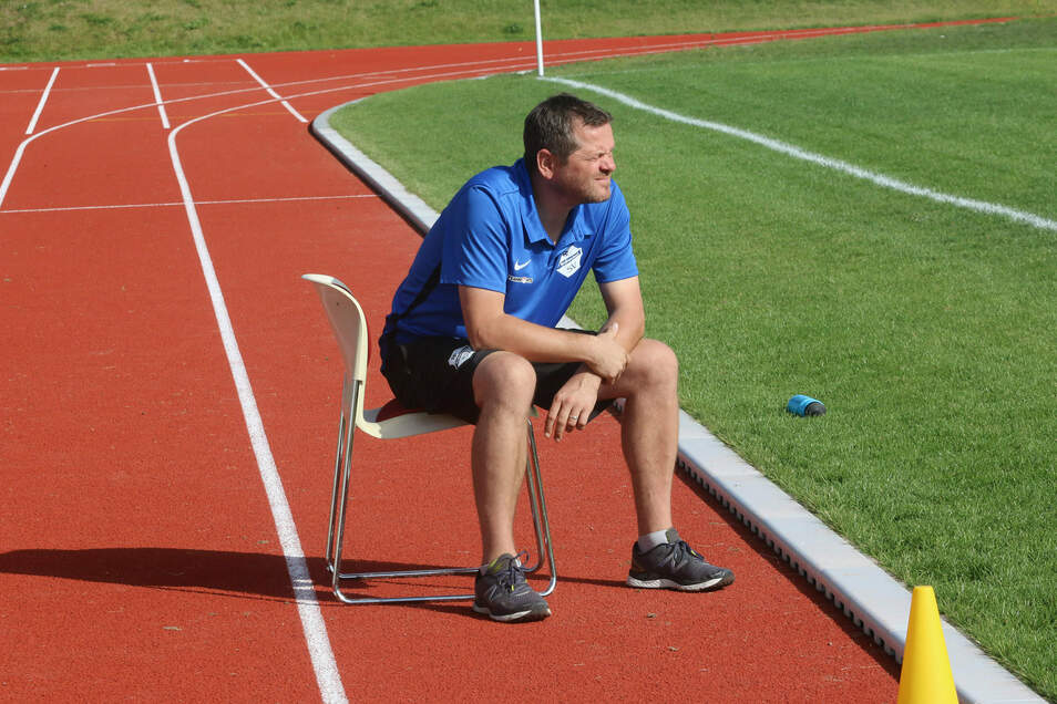 Roßweins Trainer Jörg Soujon schaut gelassen auf das Treiben seiner Fußballer.