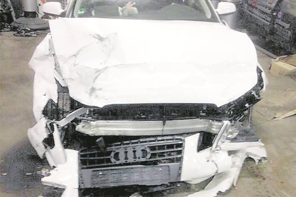 ... und Audi A5 (rechts) lassen erahnen, mit welcher Wucht die Fahrzeuge kollidierten.