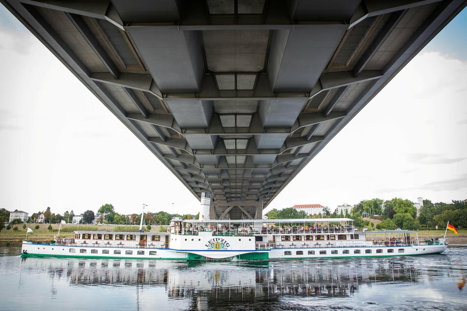 Die Waldschlößchenbrücke, unter der hier der Dampfer Leipzig hindurchfährt, spielt bei einer Fahrt in diesem Jahr eine besondere Rolle.