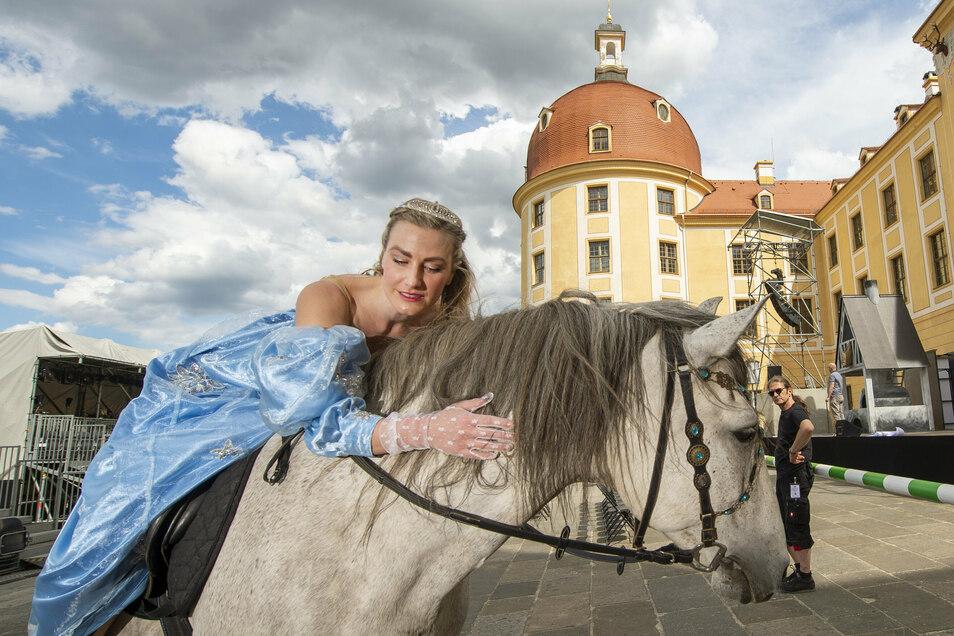 Sandra Maria Huimann spielt und singt die Rolle des Aschenbrödels in der Inszenierung der Landesbühnen Sachsen, die ab Sonnabend auf der Terrasse von Schloss Moritzburg zu erleben ist.