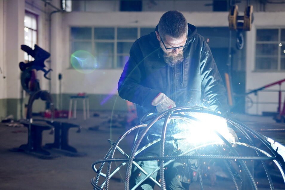 Der Künstler Christian Schmit arbeitet mit Walzdraht aus Riesa.