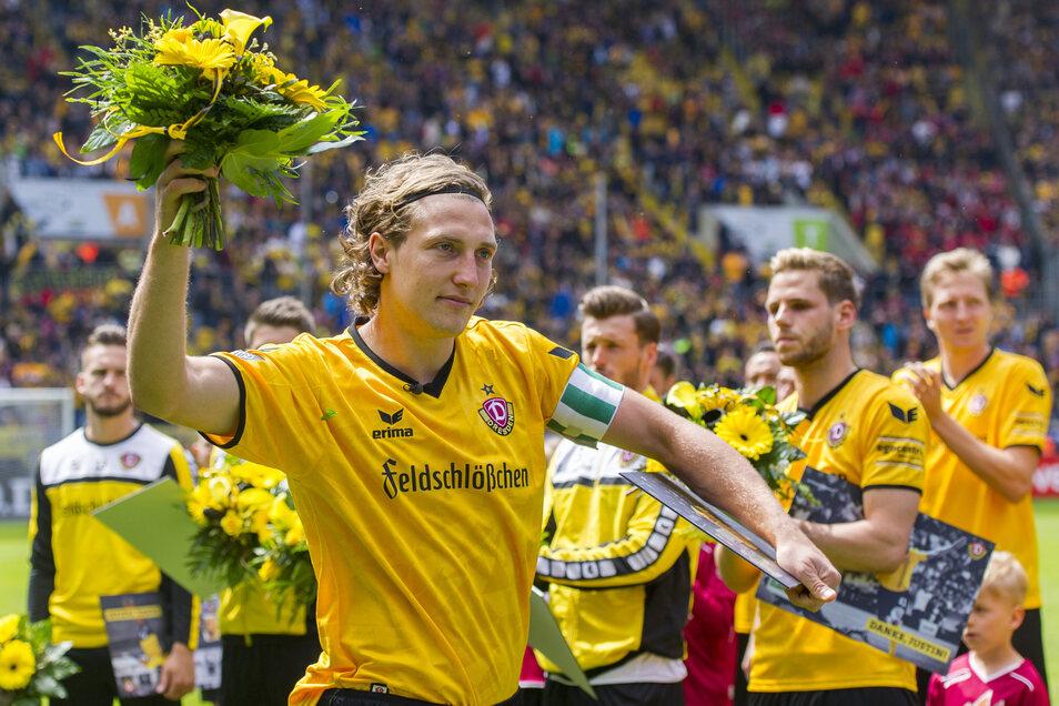 Blumen gab es zum Abschied von Dynamo für Michael Hefele.