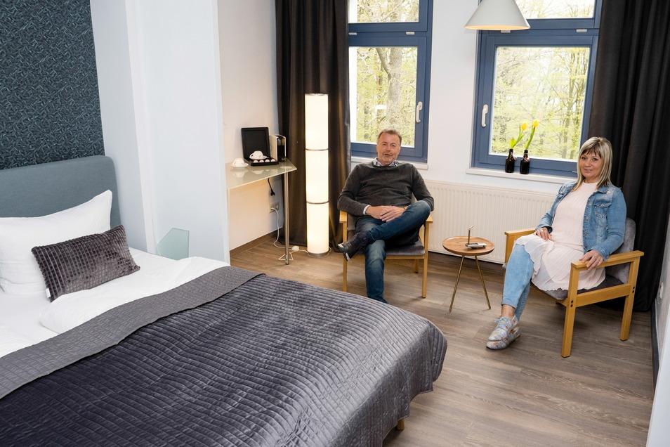 Michael Knibbiche, Inhaber des Hotels Kreuzbergbaude in Jauernick-Buschbach, und Geschäftsführerin Gerlinde Storm.