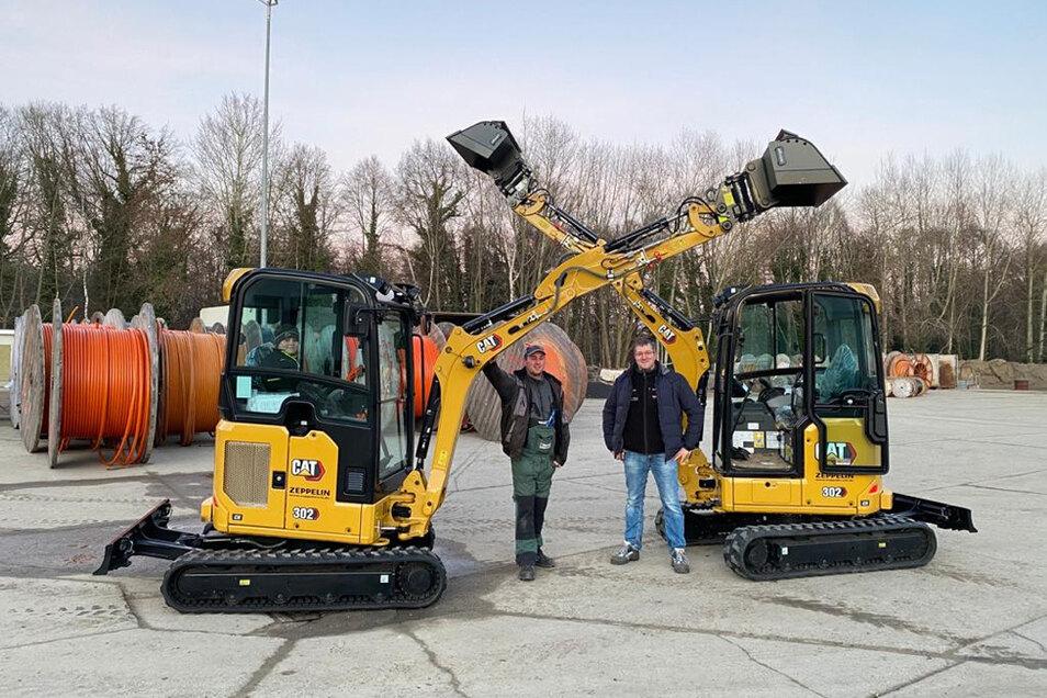 Passend zu Weihnachten 2020 nahmen Daniel Rentsch (links) und David Schubert zwei neue Minibagger entgegen – eine Investition über 70.000 Euro.