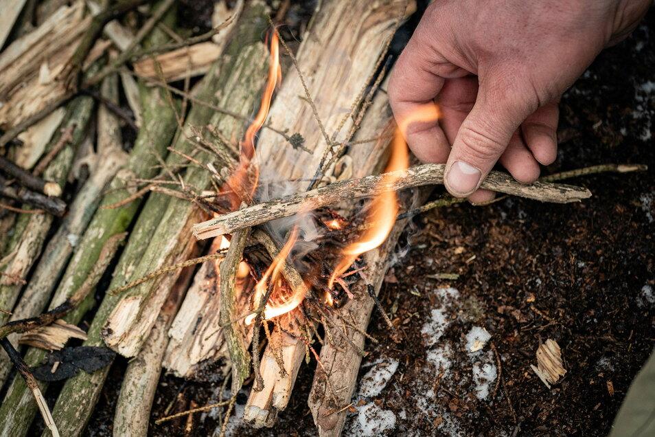 Schritt 3: Das Schwierigste ist, die kleine Flamme am Leben zu halten. Im Winter eignet sich dafür trockenes Totholz.
