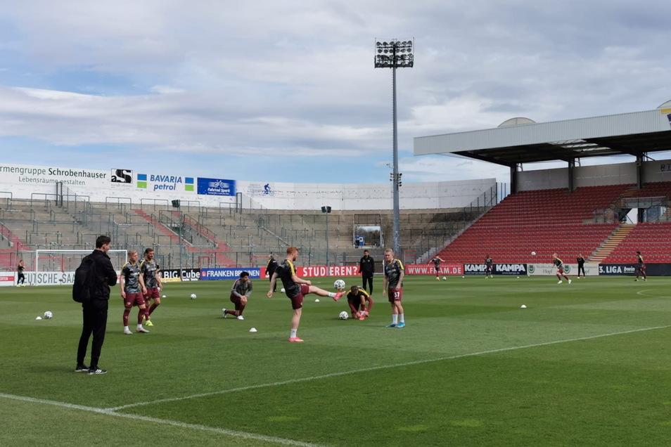 Bestes Fußballwetter in Unterhaching: Derzeit machen die Mannschaften warm. Paul Willm heute Auswechselspieler, hält mit seinen Kollegen den Ball hoch.