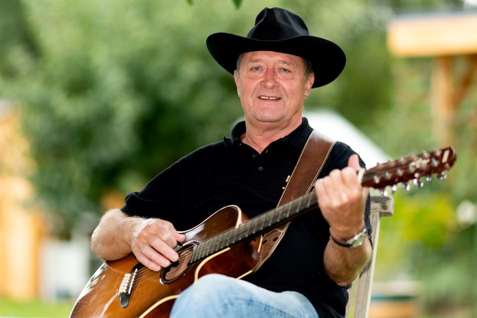 Hartmut Reichelt aus Rammenau spielt seit 50 Jahren auf seiner Gitarre. Besonders die Country-Musik hat es ihm angetan.