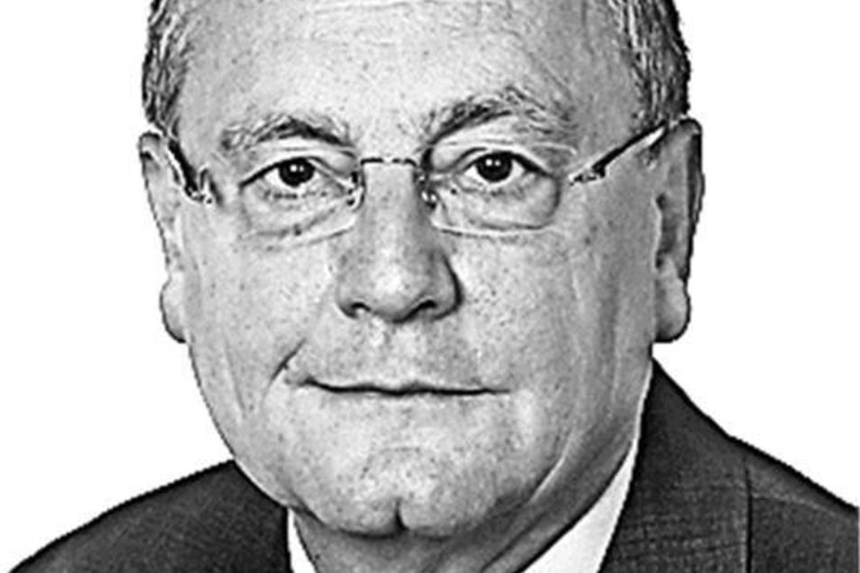 Gerhard Besier ist Theologe, Historiker und Diplompsychologe. Als Abgeordneter (Die Linke) im Sächsischen Landtag befasst er sich vor allem mit Wissenschaftspolitik.