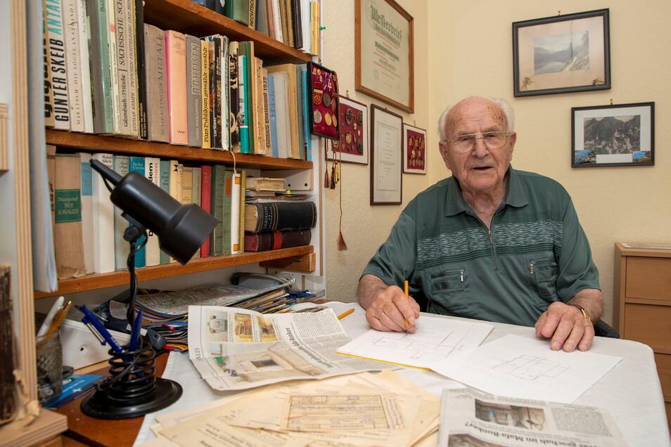Hans Frohberg zu Hause an seinem Tisch: Hier liest er jeden Tag die Sächsische Zeitung und sammelt alles zur Mafa.