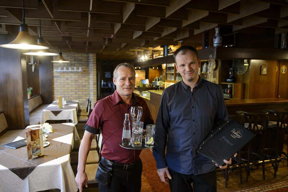 Restaurant-Chef Mathias Weise (r.) und Kellner Frank Weiß bedienen im Restaurant Nordquell am Boulevard von Königshufen vor allem Gäste aus dem Wohngebiet.