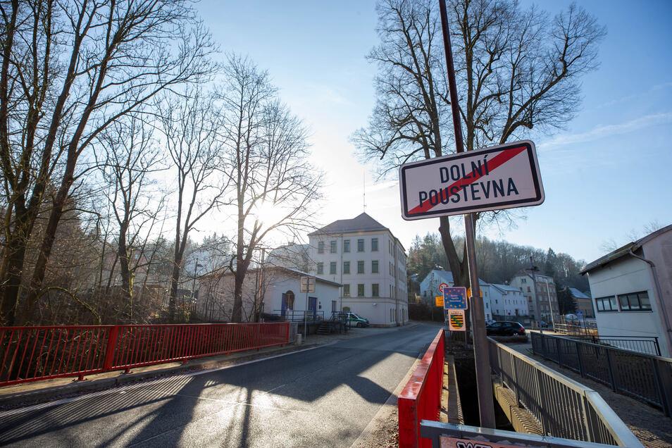 """Grenzbrücke zwischen Dolni Poustevna und Sebnitz: """"Je strenger wir das hier durchziehen, um so eher herrscht wieder Normalzustand."""""""