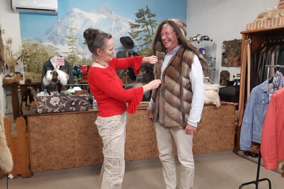 Schauspieler Jörg Bretschneider probiert im Geschäft von Steffi Beyer in Neustadt die neue Pelzweste an.