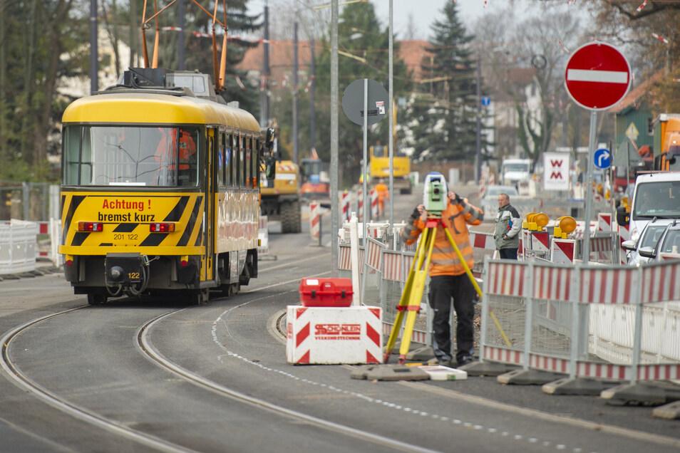 Die Straßenbahn rollt schon wieder – allerdings sind das vorerst Probefahrten auf dem neu verlegten südlichen Gleis zwischen Landesbühnen und Dr.-Külz-Straße entlang der Meißner Straße.