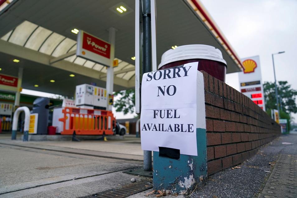 Ein Zettel mit der Aufschrift «Entschuldigung, kein Benzin verfügbar ist an einer Tankstelle in Bracknell angebracht.