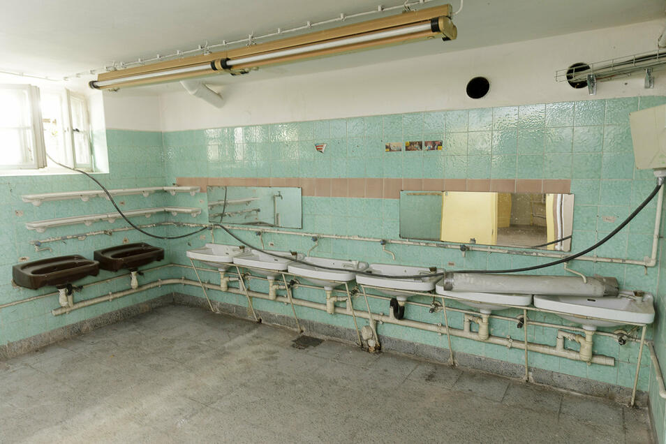 Im Untergeschoss erinnert noch manches an die frühere Nutzung als Kindergarten, auch die vielen Waschbecken.