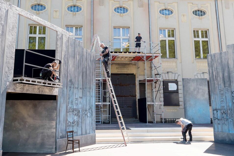 """Die Bühne des Görlitzer Sommertheaters ist schon fast fertig. Am 11. Juni soll Premiere von """"Evita"""" sein."""