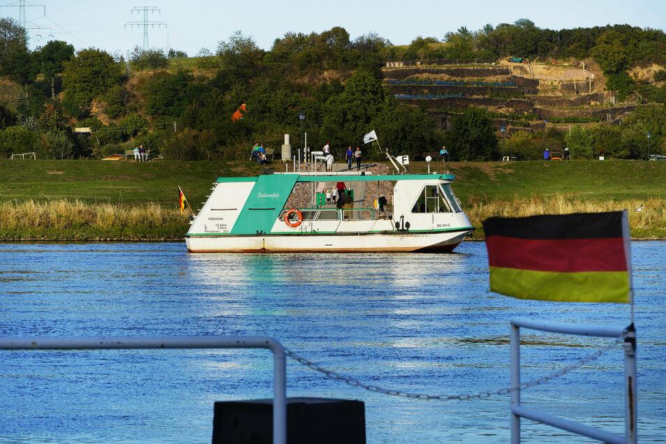 """Ab Sonnabend soll die Elbfähre """" Stolzenfels"""" nach fast fünf Monaten Zwangspause wieder über die Elbe schippern."""